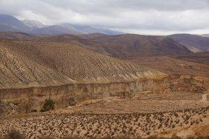 Diepe ravijnen doorsnijden het landschap - Wiecher Huisman